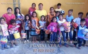 Maestro Orlando Vera junto a los niños del caserío Santos Vera